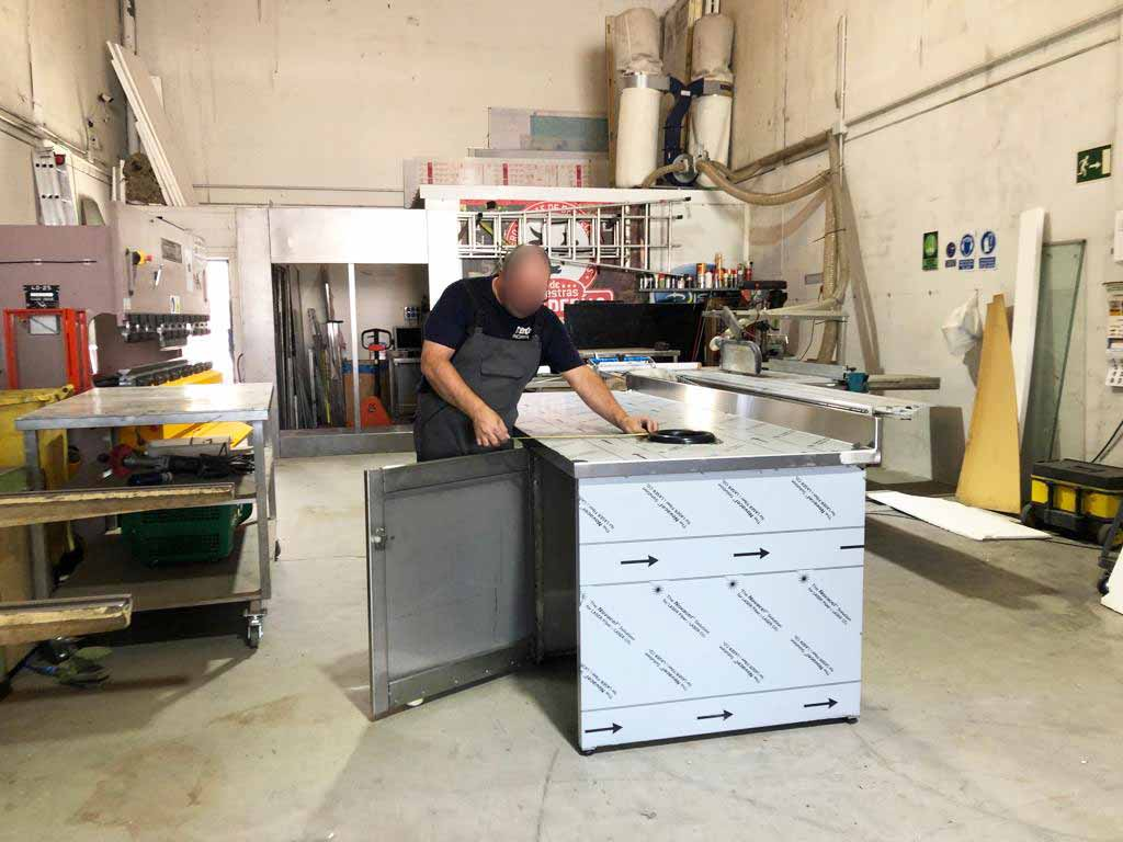 Mesa de trabajo con orificio para evacuación de desperdicios