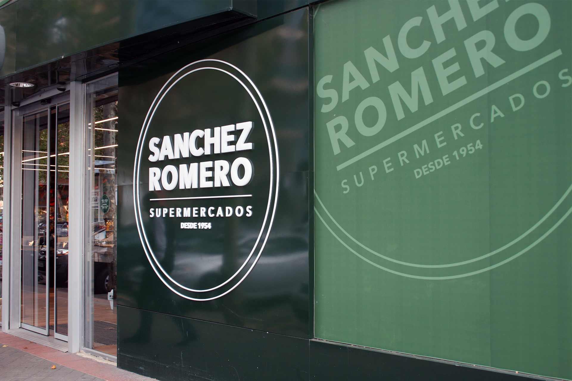 Nueva fachada del supermercado Sánchez Romero